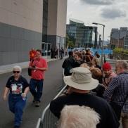 Det meste af køen stod udendørs.
